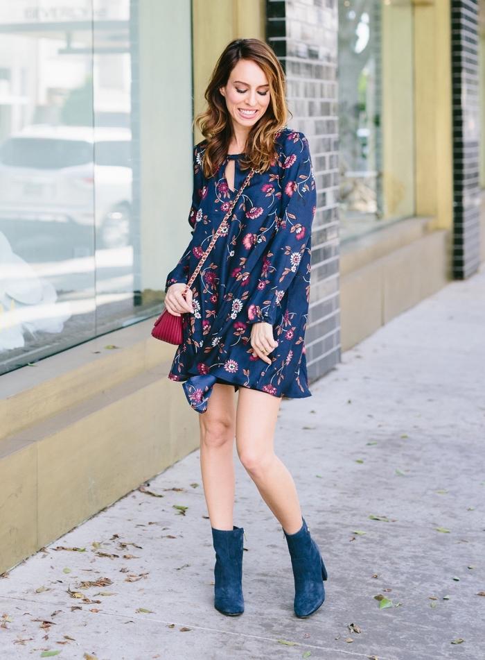 idée robe ceremonie femme invitée, modèle de robe courte aux manches longues de couleur bleu foncé aux motifs floraux