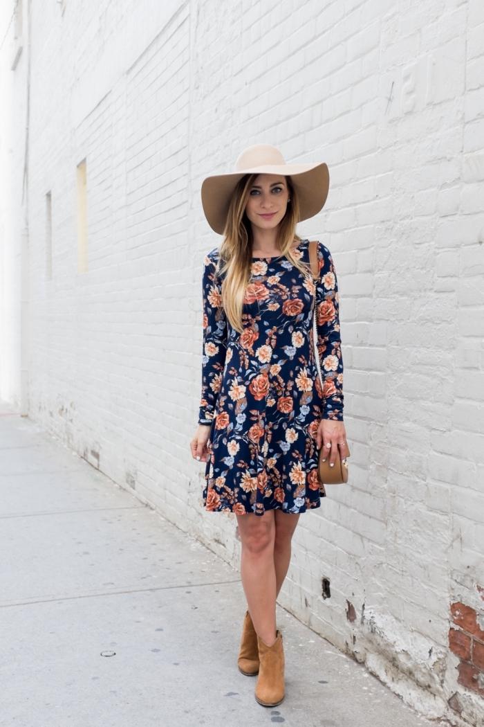 modèle de robe bohème chic courte aux manches longues de couleur bleu, idée bottines velours marron avec robe