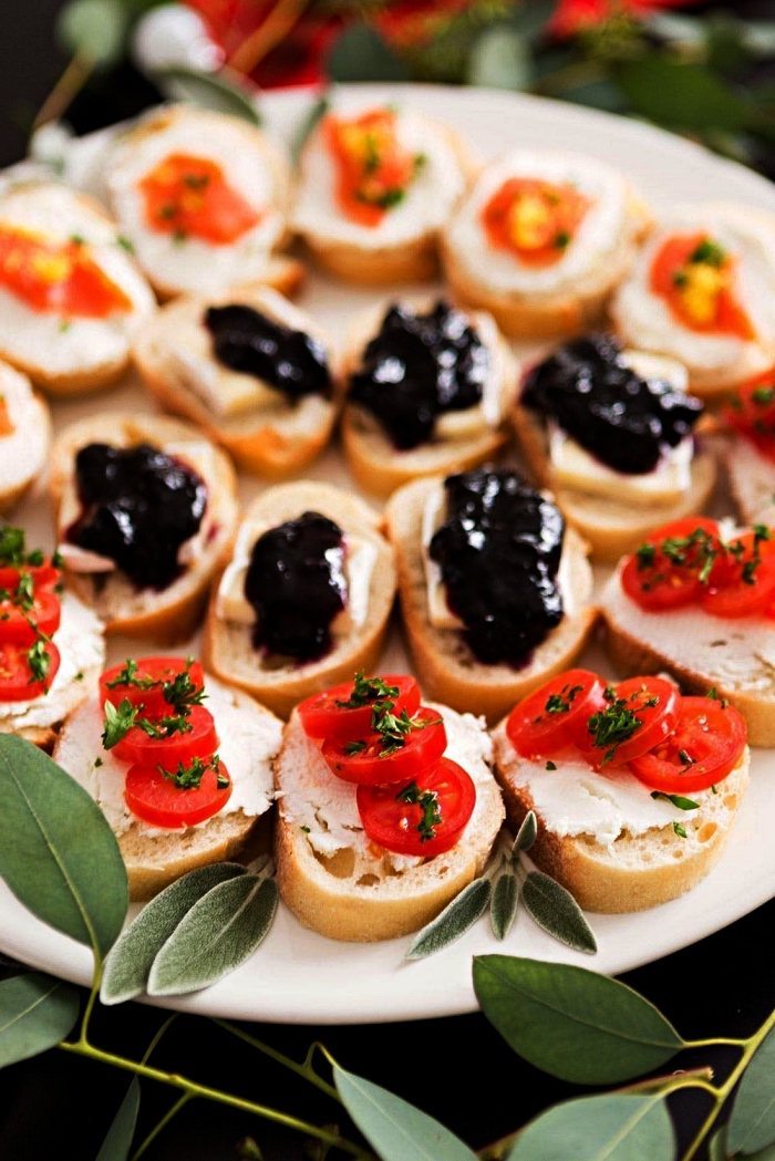 assortiment de tartines apéritives faciles au fromage à la crème, tomates cerises ou confiture pour une version sucrée