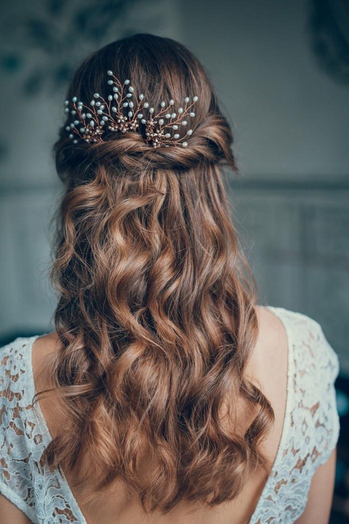 modèle de coiffure pour cheveux longs mi-attachés bouclés avec branche fleuri, idée coiffure simple pour mariée