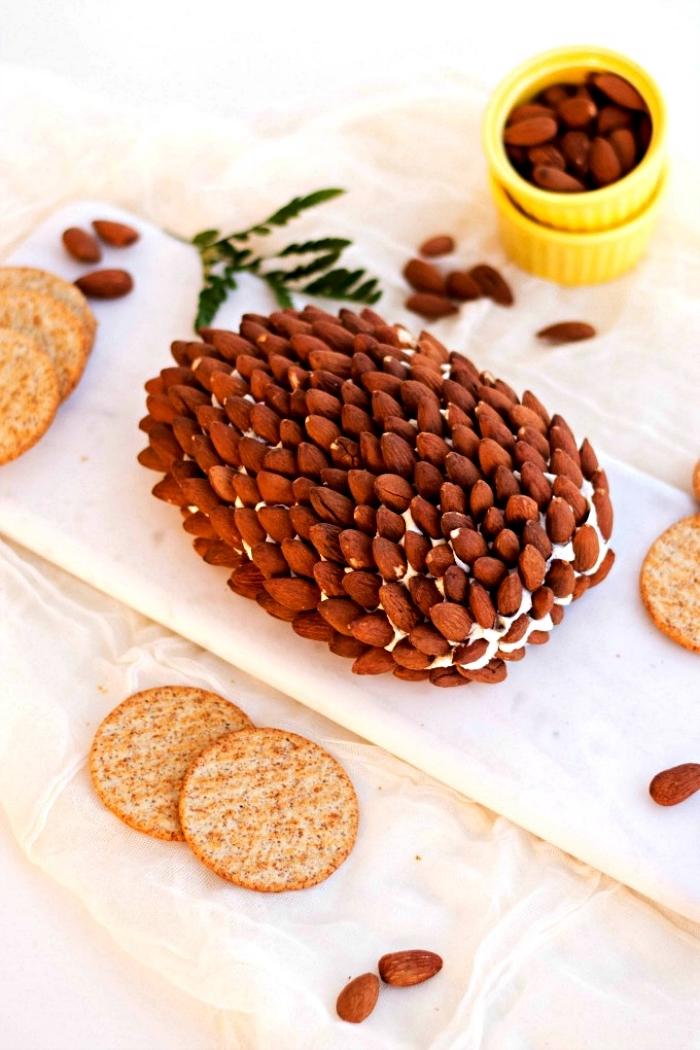 recette facile pour un apéro dînatoire de fête, boule au fromage et amandes en forme de pomme de pin