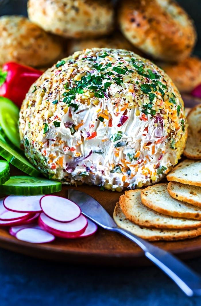 boule au fromage et légumes accompagnée de crackers et crudités fraîches, aperitif dinatoire froid à base de fromage