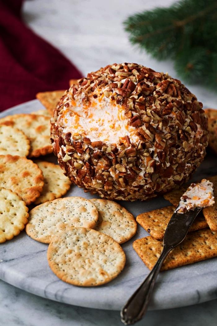recette classique pour un boule au fromage épicé en apero dinatoire noel accompagnée de crackers salés