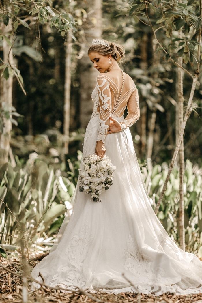 idée chignon mariage avec serre-tête princesse, exemple de coiffure de mariée pour cheveux longs avec diadème mariage diamant