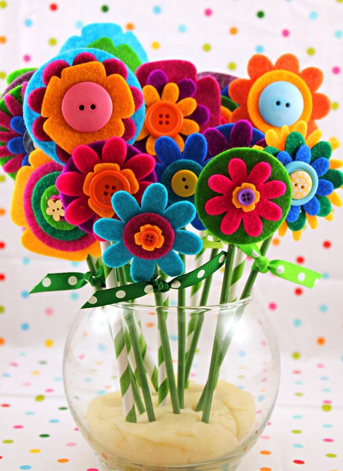 bouquet de fleurs en feutre de forme et de couleur différentes agrémentée de boutons, idée de cadeau fait-main pour la fête des mères 2019