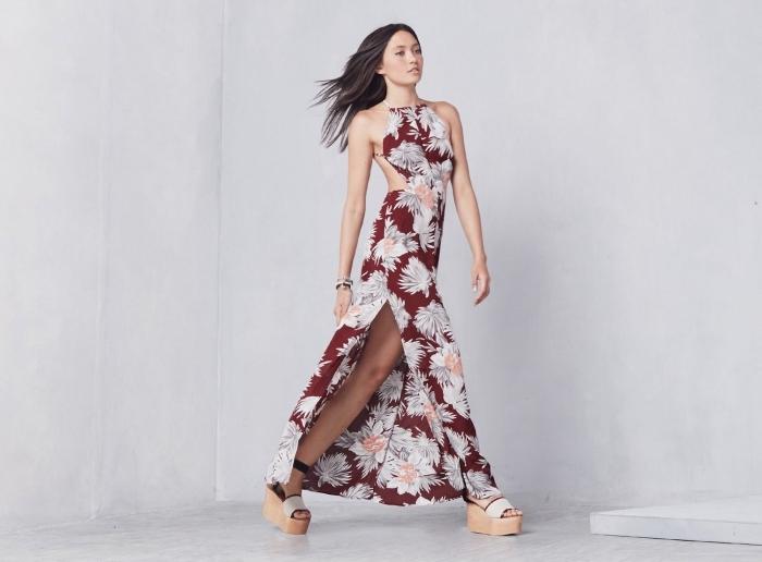 idée robe ceremonie femme, modèle de robe longue avec fente de couleur rouge aux motifs feuilles blanches