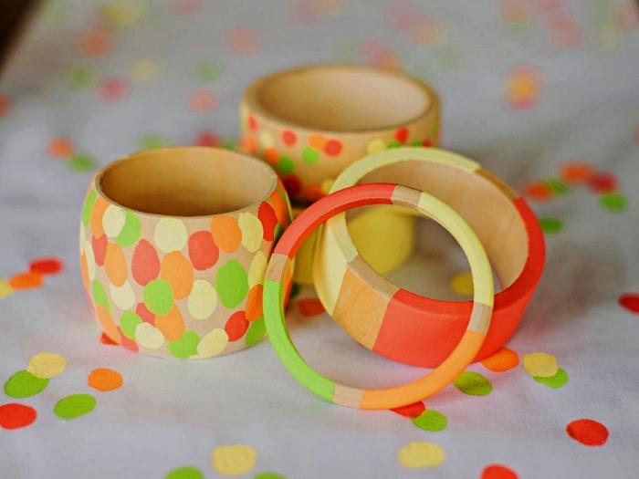 des bracelets en bois personnalisés avec de la peinture, idée cadeau anniversaire maman personnalisé pour les tout petits