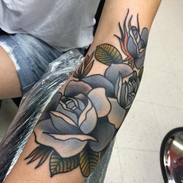 roses bleues tatoués et feuilles vertes, idée de tattoo design de tatouage élégant pour femme