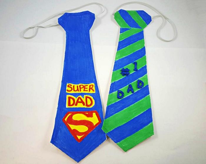 des cravates personnalisées découpées dans du carton à offrir comme cadeau pour la fête des pères, bricolage de fete des pers cadeau original