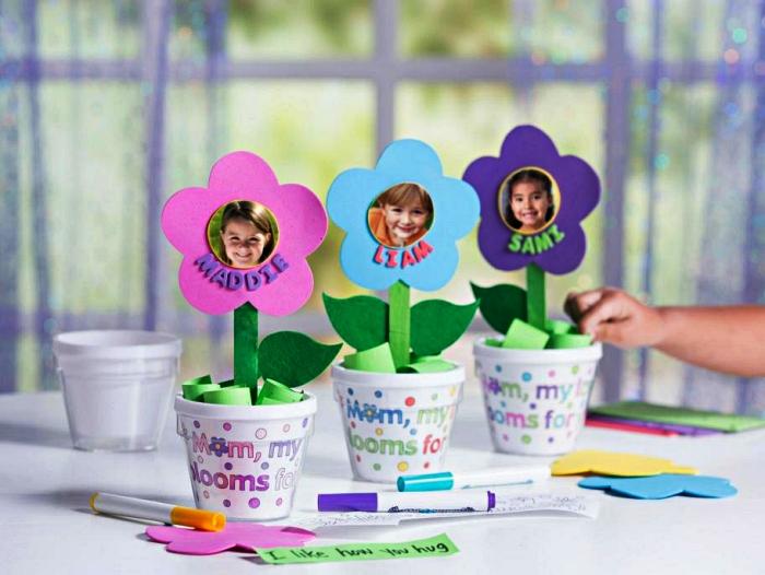 bricolage fête des mères maternelle, des fleurs en papier dans un mini pot personnalisé à offrir pour la fête des mères