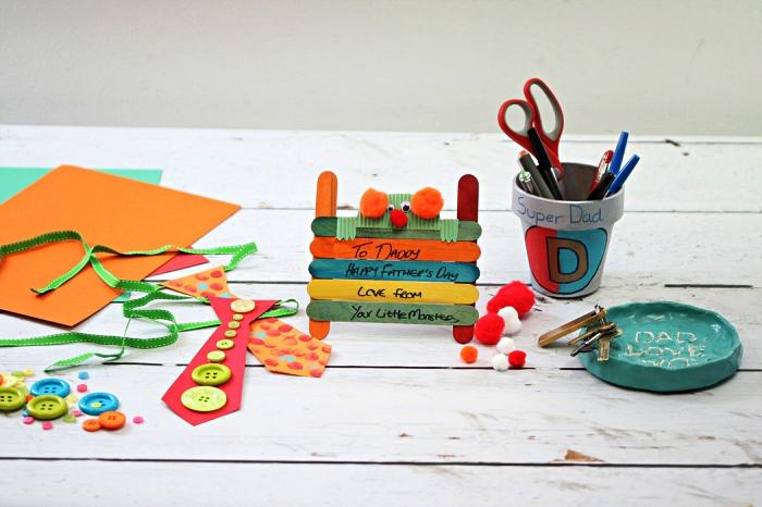 idée de bricolage fête des pères maternelle pour faire un petit cadeau personnalisé, bricolage avec bâtonnets de glace colorés collés ensemble