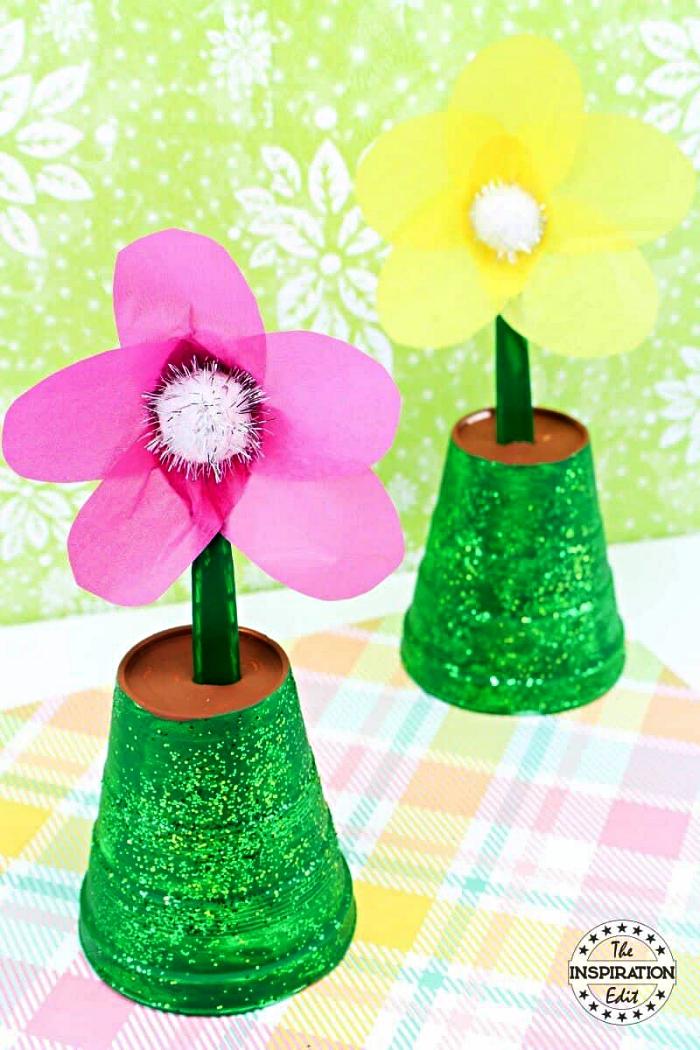 idée de cadeau fête des mères à fabriquer soi-même, des fleurs en papier dans un pot peint en vert
