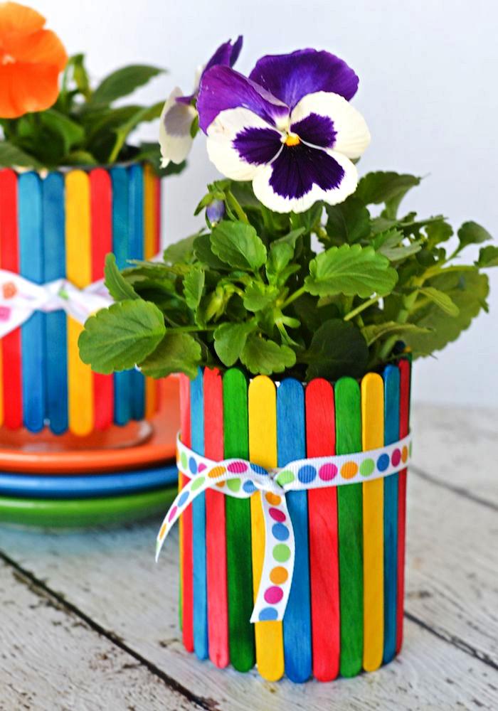 personnaliser une boîte de conserve avec des bâtonnets de glace repeints pour en faire un joli pot à fleurs, idée cadeau maman à faire soi-même