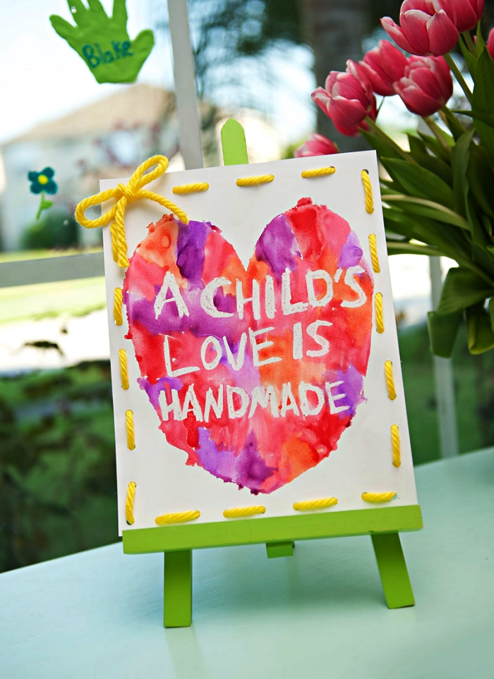 idée cadeau maman à faire soi-même, mini-tableau d'art avec coeur à l'aquarelle et message personnalisé pour souhaiter bonne fête des mères, petit bricolage fête des mères