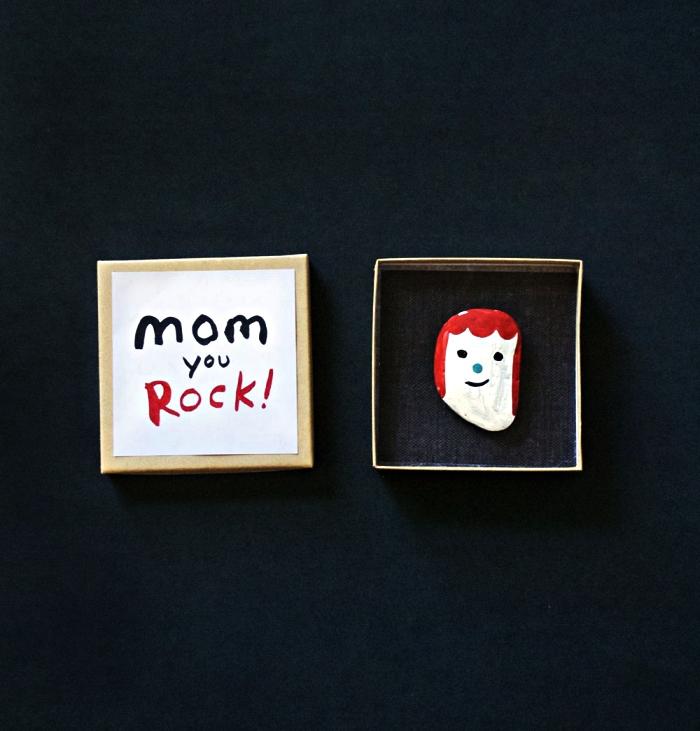 activité fête des mères à faire avec les tout petits, peinture sur galet pour réaliser un mini portrait, bricolage pour la fête des mamans