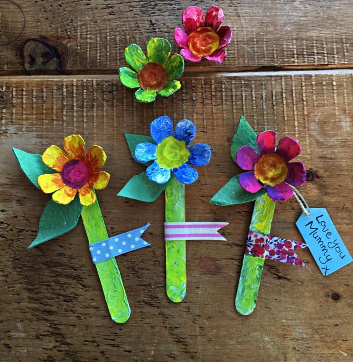 bricolage récup pour les tout petits à l'occasion de la fête des mères, des fleurs en boîte d'oeufs recyclée