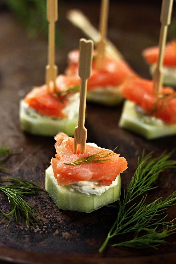 canapés de concombre au saumon fumé et au fromage à la crème, amuse bouche apéritif facile à base de concombre