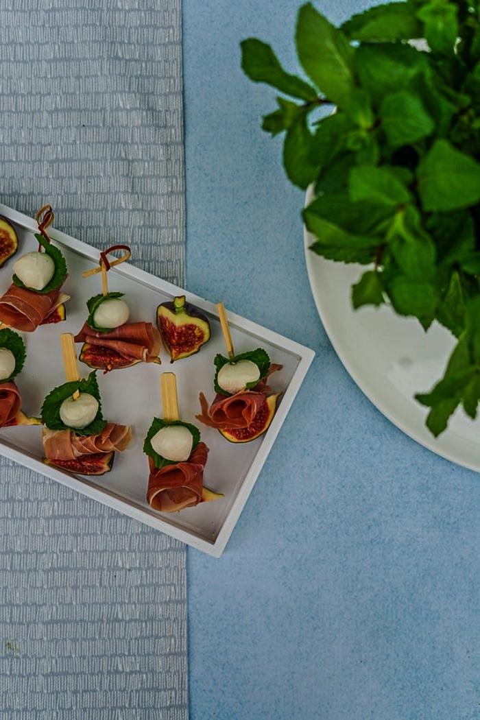 brochettes de mozzarella, figues et prosciutto pour un apéritif dinatoire simple, bouchées apéritives faciles sans cuisson