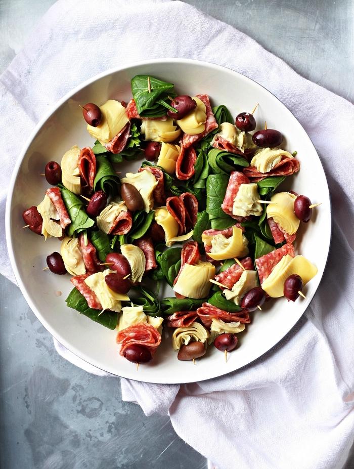 recette express sans cuisson pour apéritif dinatoire simple, des brochettes antipasti aux olives, artichaut, et