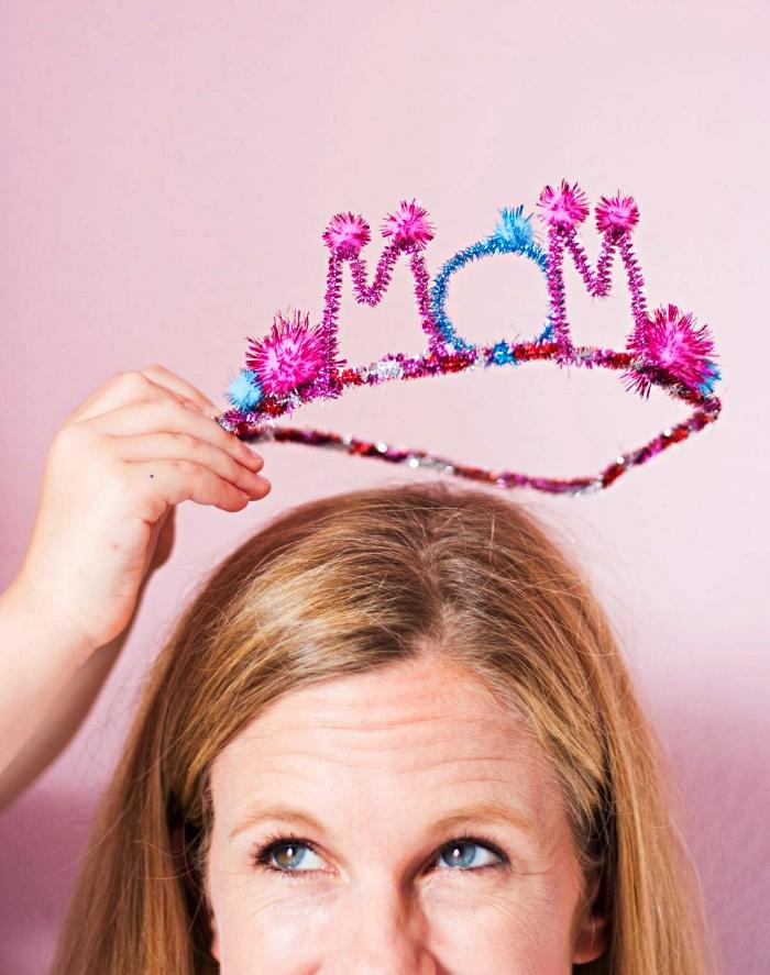 fabriquer une couronne pour la fête des mères en fils chenille, idée de cadeau fête des mères a faire soi meme