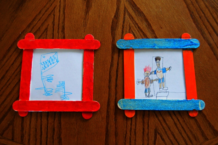 bricolage fête des pères pour tout petit, un cadre photo fait-maison avec des bâtonnets de glace accompagné d'un dessin mignon