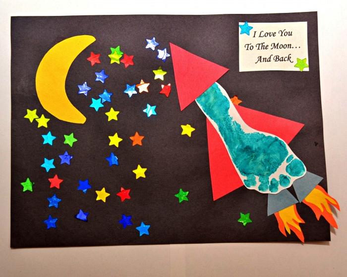 idée de cadeau fete des peres a fabriquer avec les enfants de l'école maternelle, carte personnalisée de fête des pères avec empreinte de pied fusée, lune et étoile découpées dans du papier