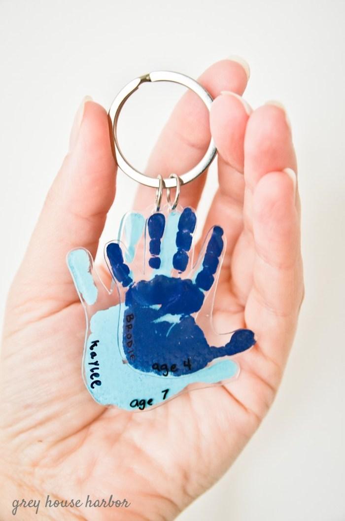 cadeau fete des peres bebe fait main avec des empreintes main bebe plastique fou porte clé fete des peres diy