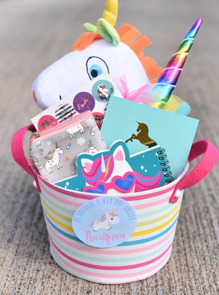 remerciement maitresse, idee de cadeau original sur theme licorne, un seau boite remplie de jouet, agenda, trousse et autres fournitures de bureau