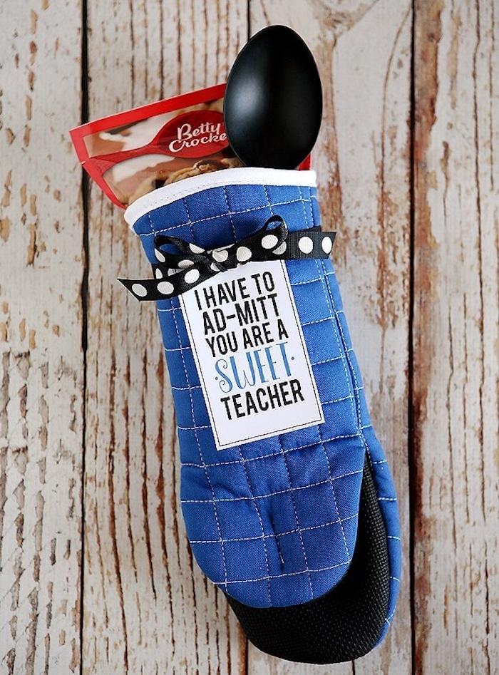 idee de gant de protection avec des ustensiles de cuisine et paquet de dessert à cuisiner, idee cadeau nounou