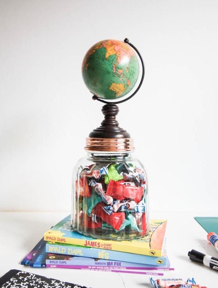 cadeau maitresse original, pot à bonbons dans un gros bocal avec une globe terrestre en top, idee cadeau maitresse fin d année