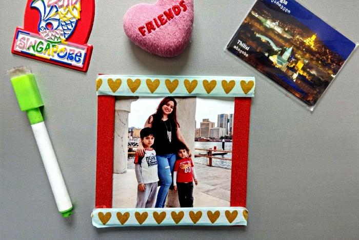 cadeau fete des pere à fabriquer avec les plus petits, un cadre photo personnalisé avec des bâtons de glace à motifs coeurs