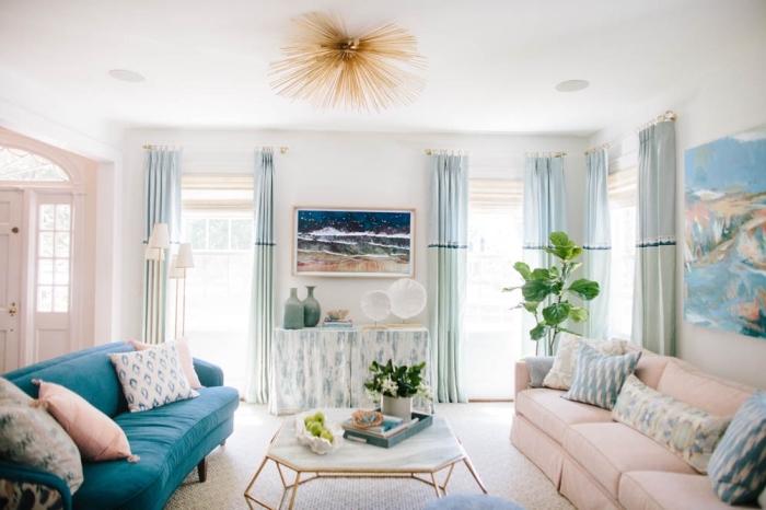 quelles couleurs pour une maison bord de mer, modèle de salon blanc avec meubles en bleu vert pastel et accessoires rose