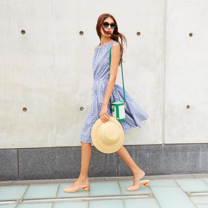 robe classe longueur genoux à design carreaux blanc et bleu, modèle de capeline beige, idée sac à main blanc et vert