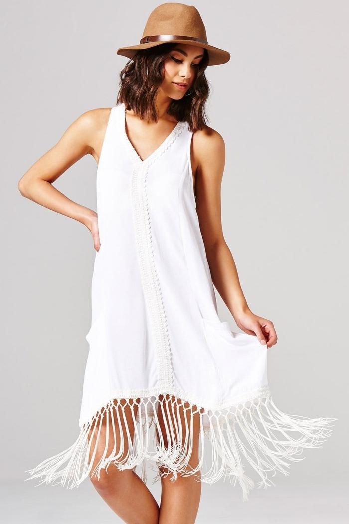 exemple de robe bohème chic blanche longue avec franges, idée comment porter une robe bohème avec capeline
