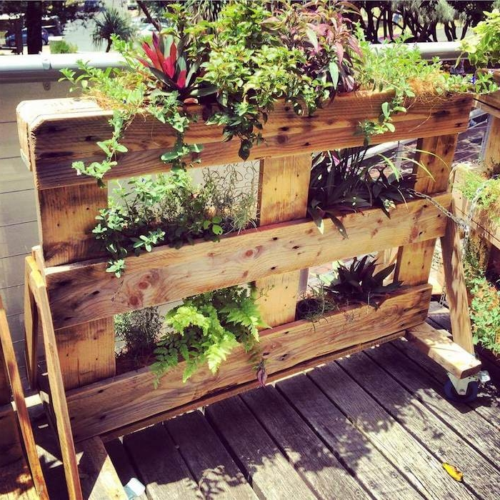 modele de bac potager sur pied avec des compartiments pour toute sorte de plantes vertes et fleurs, deco exterieure maison