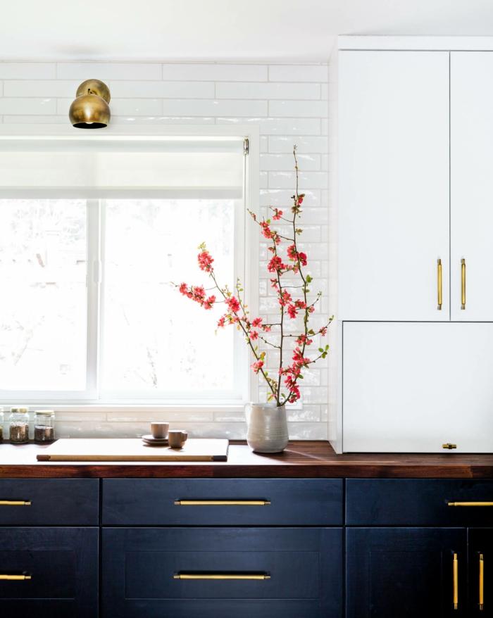 carreaux metro biseautés, vase avec branche rose, lampe cuivrée murale, frigo blanc
