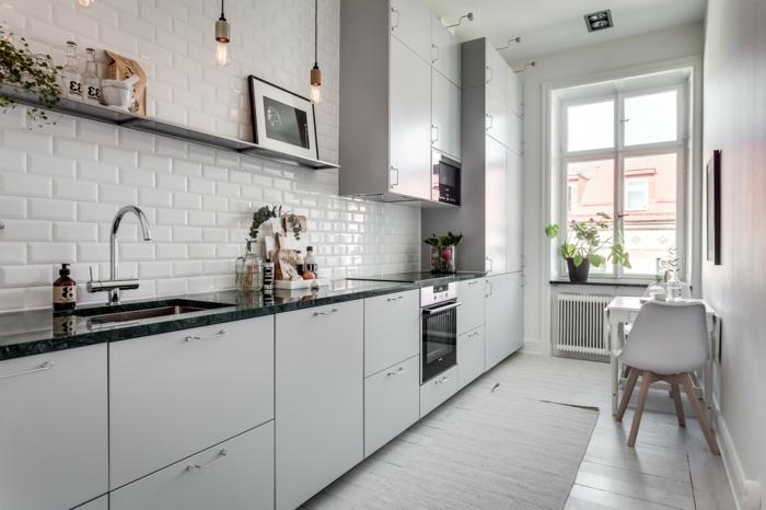 carrelage credence blanc, armoires de cuisine blanches, tapis blanc, lampes pendantes industrielles, étagère design brut