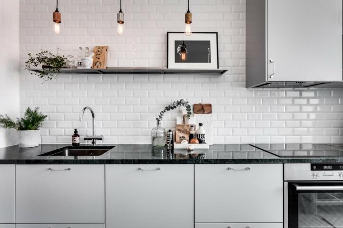 carreaux metro au mur d'une cuisine, étagère noire, cuisine style scandinave, lampes pendantes indus