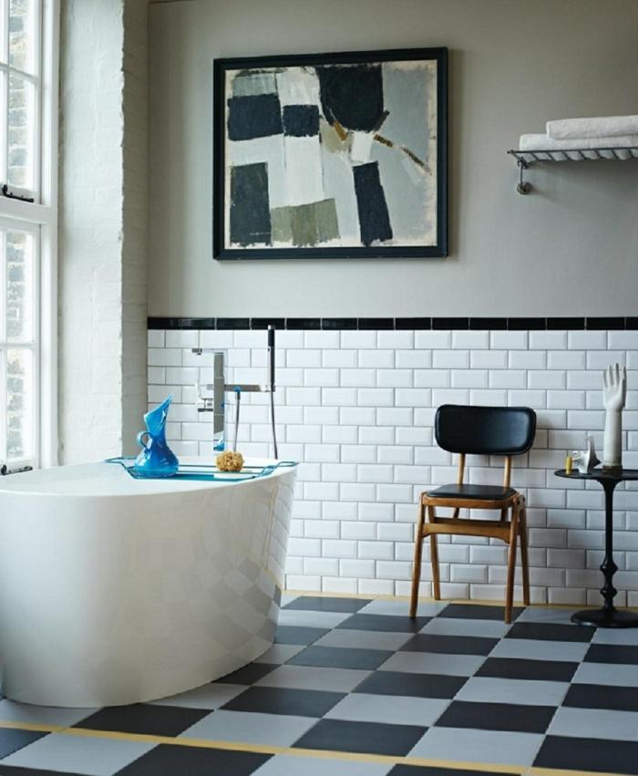 baignoire blanche, carrelae métro blanc, chaise en cuir et bois, tableau peinture abstraite, peinture murale gris clair