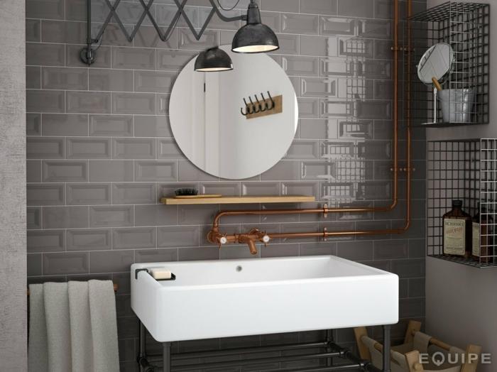 carrelage wc gris, miroir rond, grande vasque rectangulaire, tuauterie cuivrée, lampe industrielle
