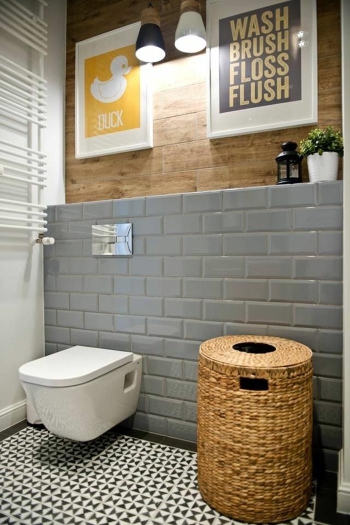 carrelage metro couleur gris dans la salle de bain, panier design rustique, revêtement mural bois, peintures abstraites, faience toilette gris
