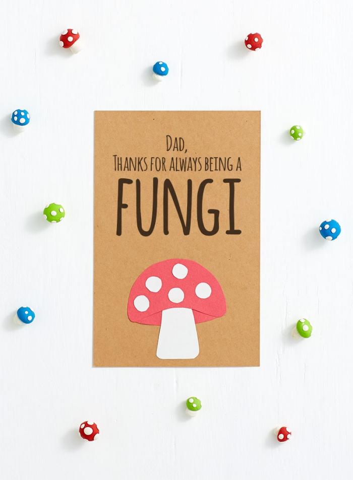 exemple de carte avec lettres imprimés pour la fête des pères et petite figurine en papier coloré, activité manuelle maternelle fête père