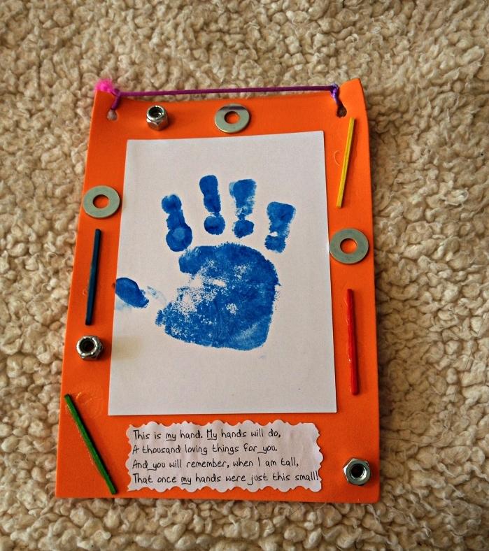 faire une carte fête des pères avec dessin empreinte de mains décorée de petits écrous