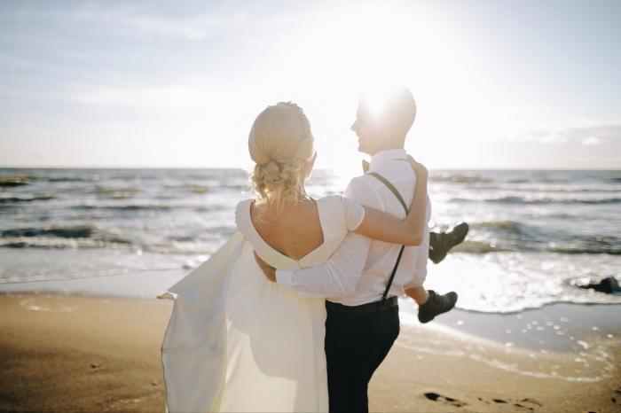 modèle chignon mariage pour cheveux longs, exemple de chignon bas flou avec boucles et tresses, coiffure avec serre-tête mariage