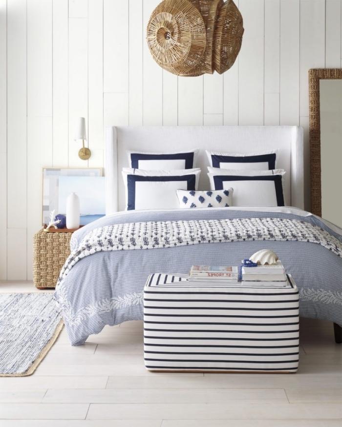 idée décoration marine d'une chambre à coucher blanche avec objets en fibre végétale, modèle suspension luminaire paille