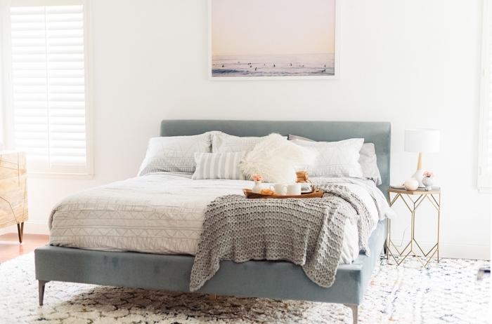 design intérieur minimaliste dans une chambre boho chic, idée deco plage minimaliste avec une peinture paysage océanique