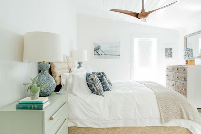 pièce blanche aménagée avec meubles bois, idée décoration style bord de mer dans une chambre à coucher blanche