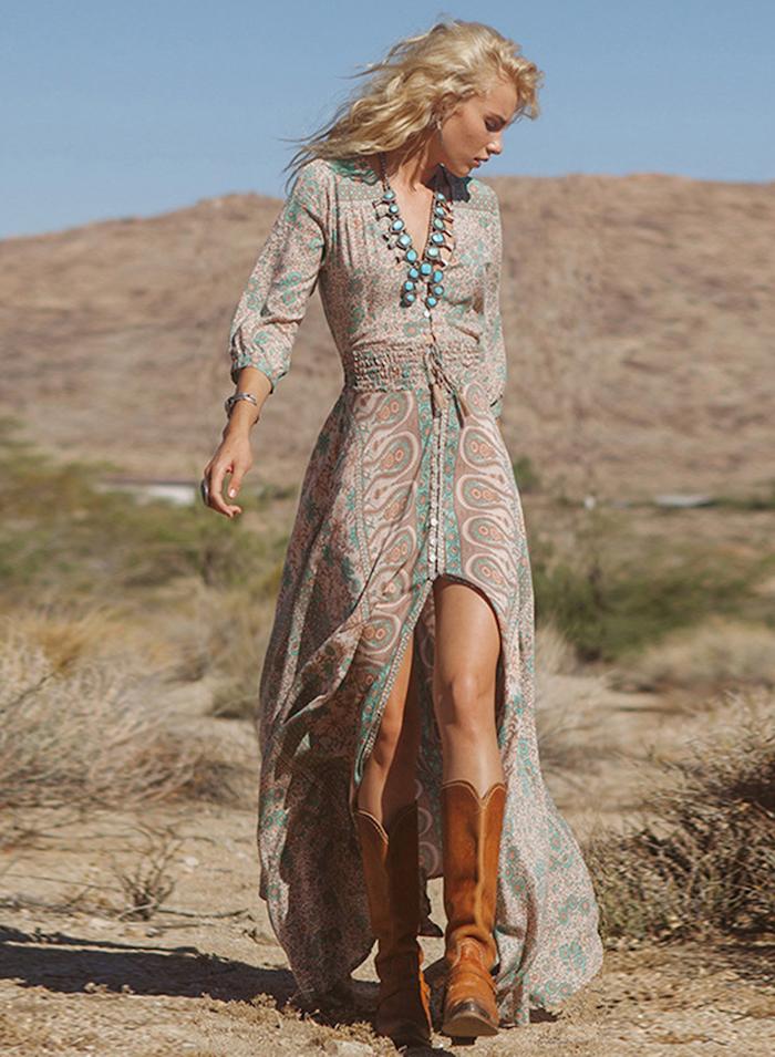 Manches longues, bijou longue pendante, bottes camel, robe longue bohème, comment s habiller pour un mariage à la plage