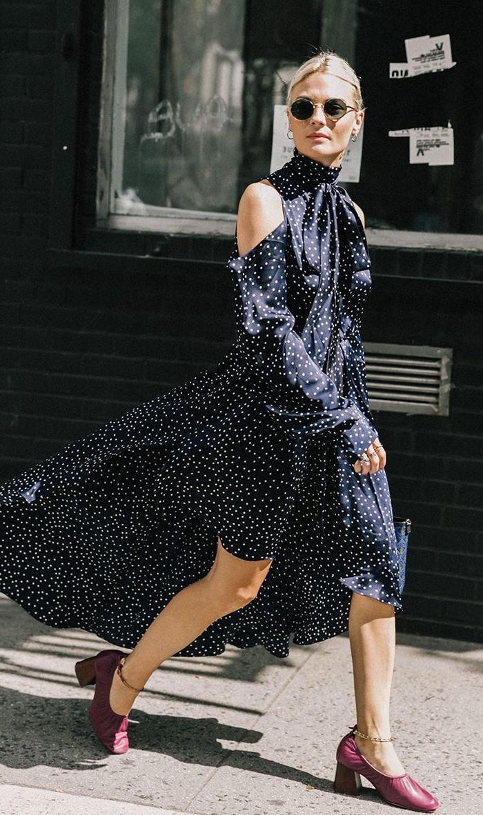 idée robe classe en noir polka dots, exemple de robe longue de soirée plage avec épaules dénudées et courte devant