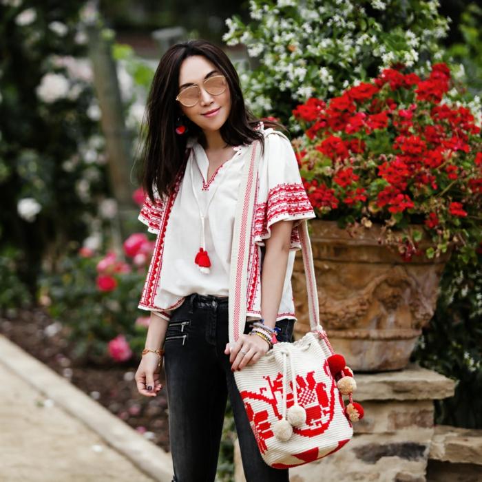 style hippie femme, chaussures rouges, chemise blanche avec broderies, sac en tissu broderies rouges, grand pot de fleur